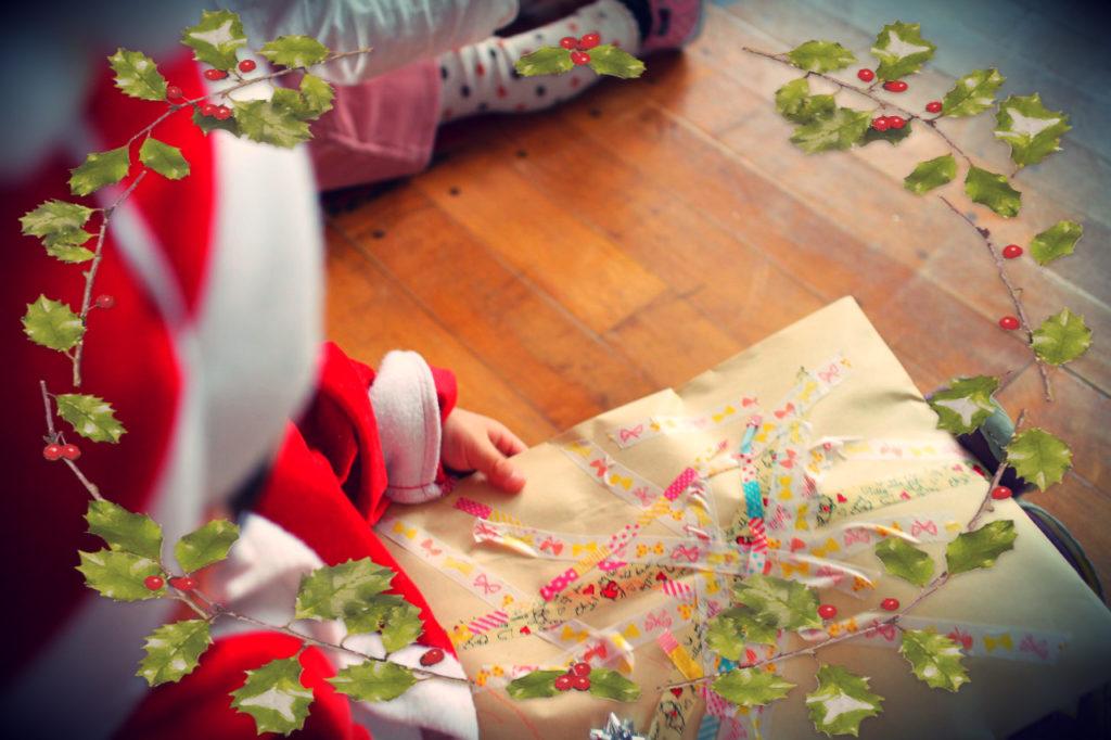 倶知安町の子育てサークル、親子スポーツクラブでのクリスマス会。サンタさんからプレゼント。
