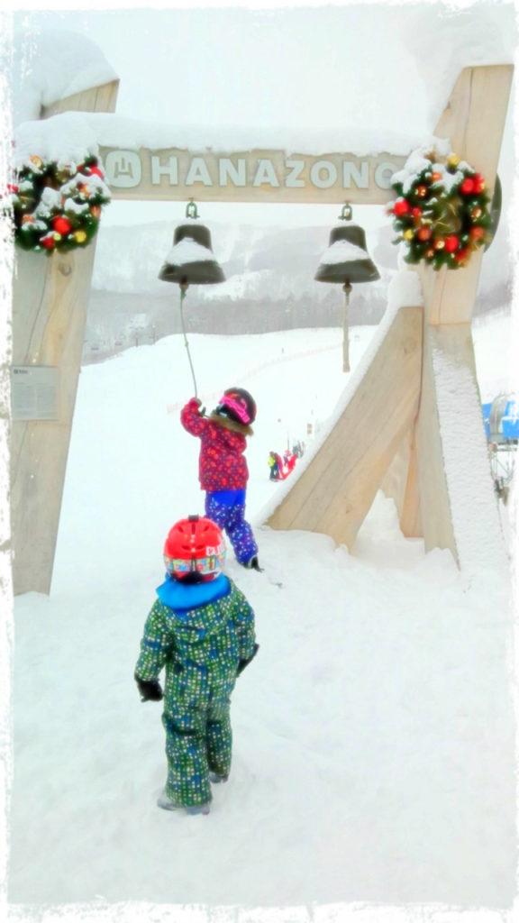 倶知安、花園スキー場でベルをならすチビ達。メリークリスマス!