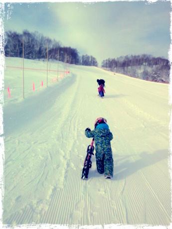 兄と姉の背中を見て?一生懸命登っています。3歳男子。北海道、倶知安、旭ケ丘スキー場にて。