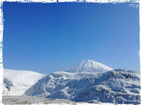小学校の駐車場から見える羊蹄山、グラウンドはたっぷり積雪しています。 久しぶりに加工無しの写真です。