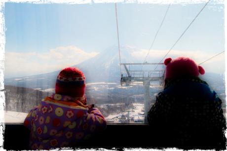 北海道、今年の倶知安はまだまだ雪の中の春。グランヒラフスキー場のゴンドラから見る羊蹄山。