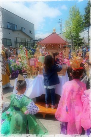 お釈迦様の誕生日を祝い、仏像に甘茶をかける、園児代表、花まつり in 倶知安。
