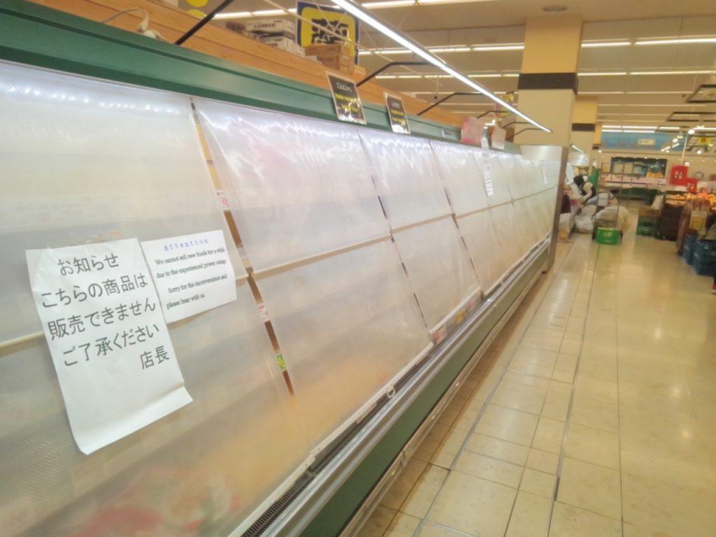 北海道地震発生翌日の、スーパー(生協)の様子。生鮮食品、加工品(納豆・お豆腐などなど)が消えています。