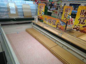 北海道地震発生翌日の、スーパー(生協)の様子。生鮮食品、加工品(納豆・お豆腐などなど)が消えています2