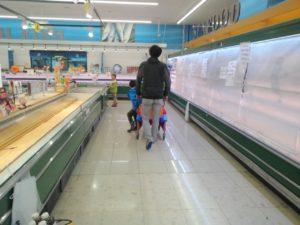 北海道地震発生翌日の、スーパー(生協)の様子。生鮮食品、加工品(納豆・お豆腐などなど)が消えています3