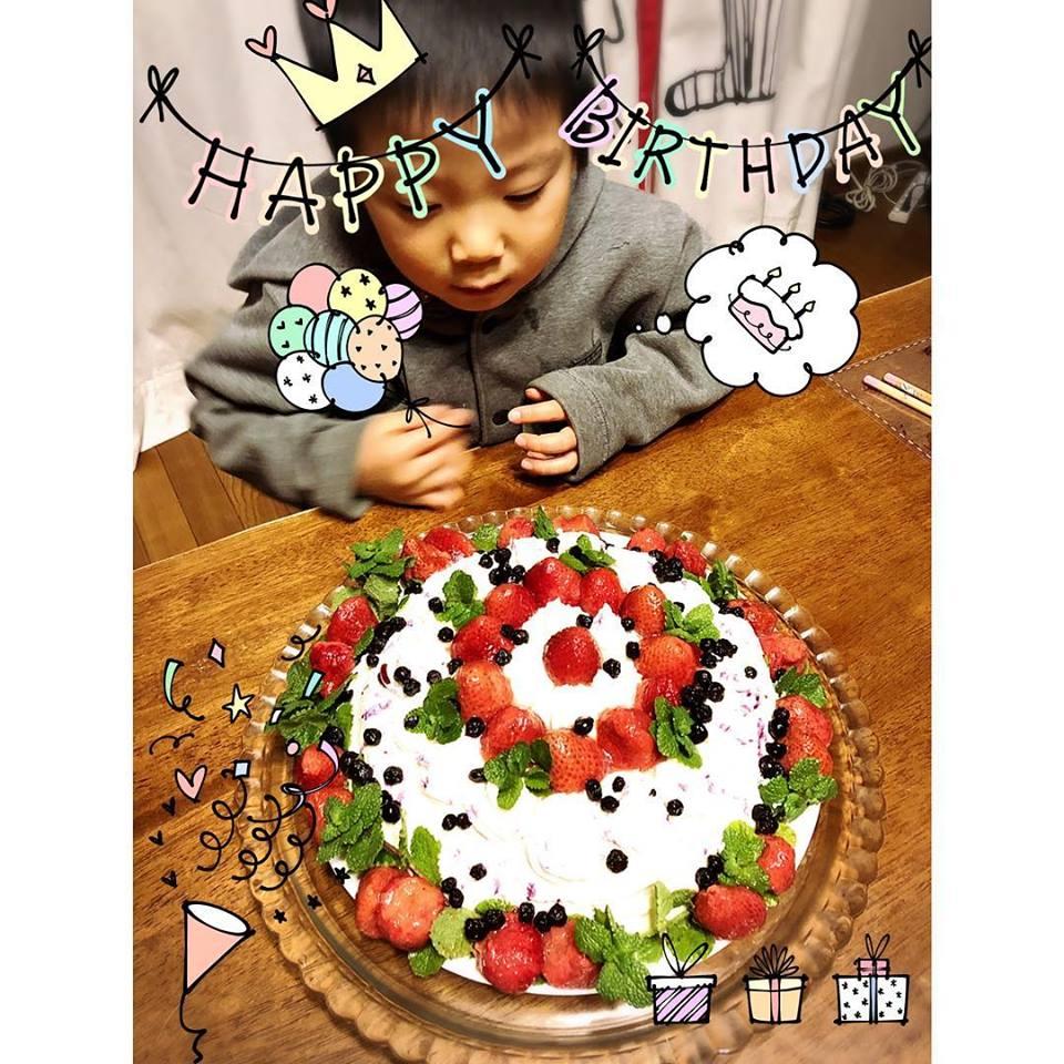 Happy Happy Birthday 末っ子王子の誕生日ケーキ。半分マクロビケーキ、お豆腐クリーム、乳製品不使用。地球まるごと遊び場に