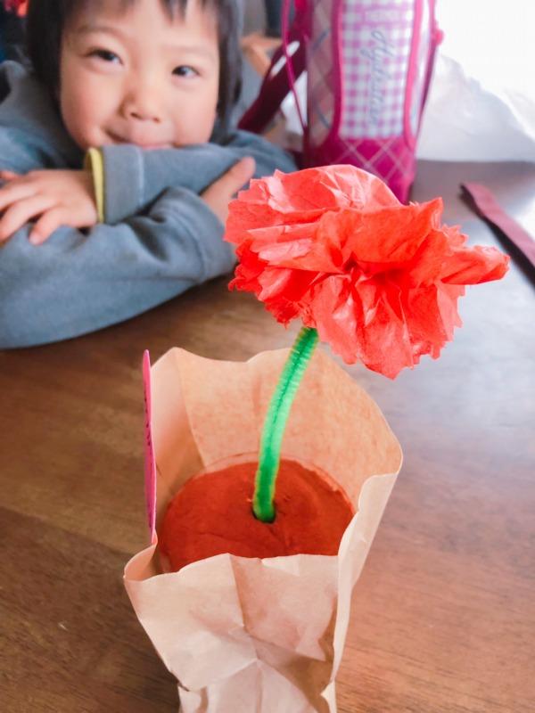 母の日のプレゼント。幼稚園で制作したカーネーションの植木鉢。ありがとう。地球まるごと遊び場に