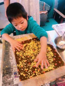 安心安全なミツロウで作るミツロウラップBee Wax Wrap Seedニセコにて 地球まるごと遊び場に 削ったミツロウを並べてアイロンがけ