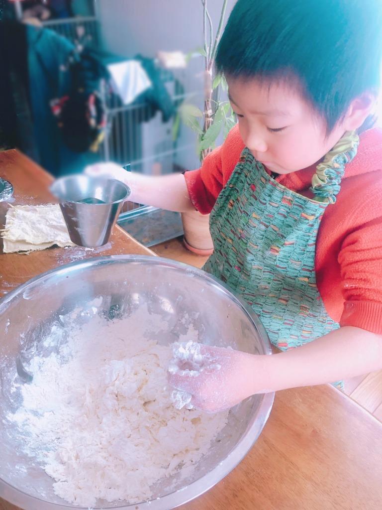 小麦粘土を作ってみよう! 材料は、小麦粉、お水、お塩、植物油、食紅などの食用色素。