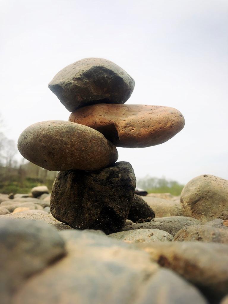 石積みアート・ロックバランシング(石花)北海道ニセコ倶知安、尻別川河原にて 地球まるごと遊び場に