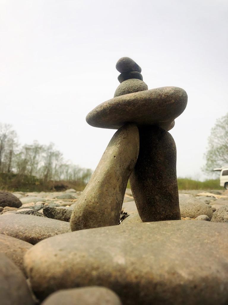 石積みアート・ロックバランシング(石花)北海道ニセコ倶知安、尻別川河原にて 地球まるごと遊び場に 母作 やっぱりケルン