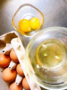 メレンゲ作り。卵を卵白と卵黄に分けて、卵白だけを泡立てる。パスチラ作り。