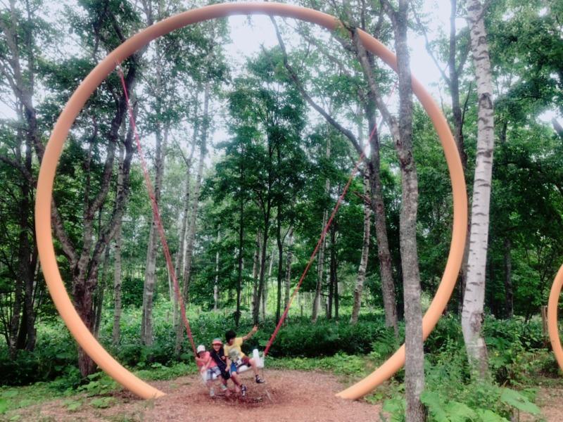 大雪森のガーデン 遊びの森にあるブランコ 地球まるごと遊び場に