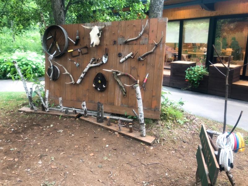 大雪森のガーデン 遊びの森にある、廃材と自然素材で作られた輪投げ 地球まるごと遊び場に